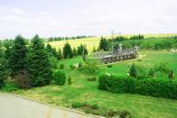 Вид на лужайку с балкона Домика Фермера �� ������� �����